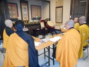 あさか大師での密教私塾のようす。5名の僧侶の方に霊符伝授をしているところ